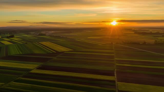 vídeos de stock, filmes e b-roll de h/l país rural ao pôr do sol - hyper lapse