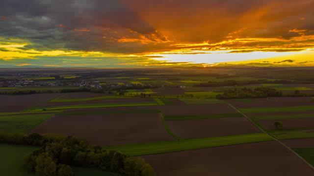 vídeos de stock, filmes e b-roll de h/l rural rural ao pôr do sol - hyper lapse