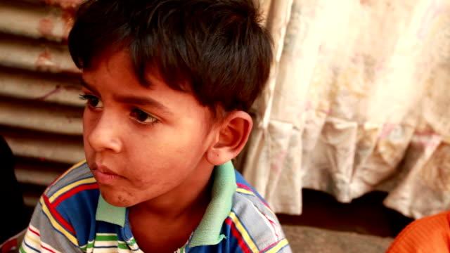 vídeos y material grabado en eventos de stock de la india rural niño mirando cámara - oriental asiático e indio