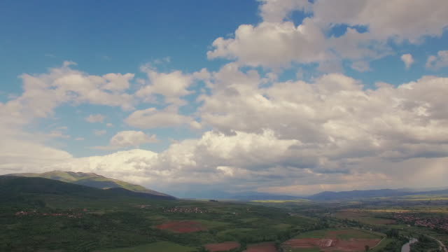 vídeos de stock, filmes e b-roll de paisagem rural de vídeo aéreo - bulgária