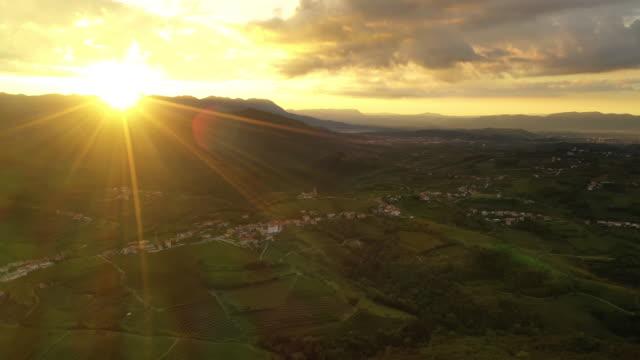 vídeos y material grabado en eventos de stock de aerial paisaje rural al atardecer - rayo de sol