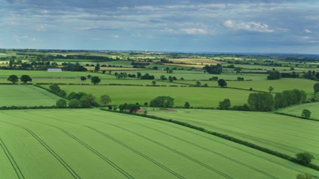 vídeos y material grabado en eventos de stock de paisaje rural en east midlands desde el aire - northamptonshire