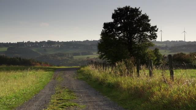 gru up: paesaggio rurale - crane shot video stock e b–roll