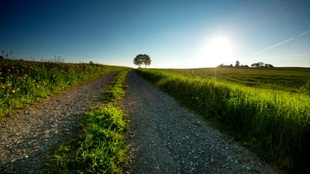 kranich bis: ländliche landschaft - weg stock-videos und b-roll-filmmaterial
