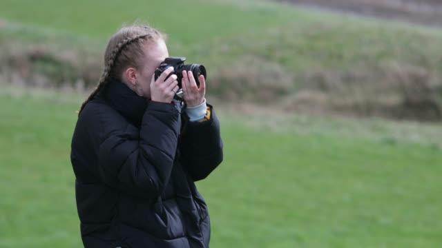 vídeos y material grabado en eventos de stock de fotógrafo rural - fotógrafo