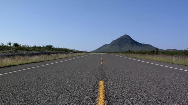 ws ds rural road in south dakota, usa - south dakota stock-videos und b-roll-filmmaterial