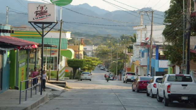 vídeos de stock e filmes b-roll de rural road leading to the mountains in a village, palenque, mexico - palenque