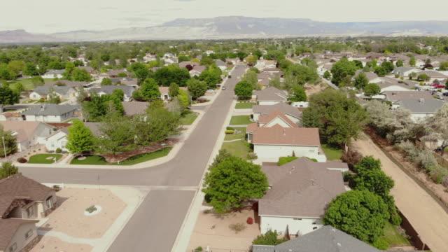 農村小さな町アメリカ4kビデオフライオーバー近所 - 借りる点の映像素材/bロール