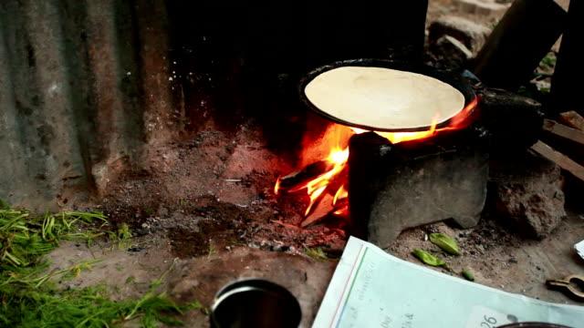 vídeos y material grabado en eventos de stock de tradicionales de india rural las mujeres en la preparación de alimentos - hambriento