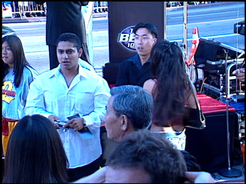 rush hour 2 premiere 1 of 2 at the 'rush hour 2' premiere at grauman's chinese theatre in hollywood, california on july 26, 2001. - ラッシュアワー 2点の映像素材/bロール