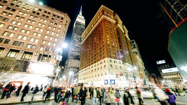vidéos et rushes de heure de pointe de herald square, à new york - empire state building