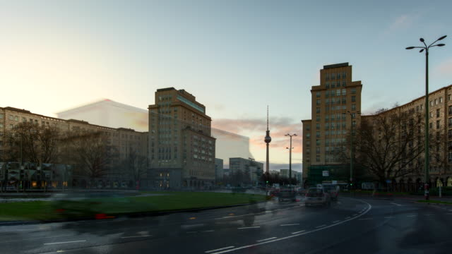 rush hour in berlin at strausberger platz with television tower in timelapse during sunset - アレクサンダープラッツ点の映像素材/bロール