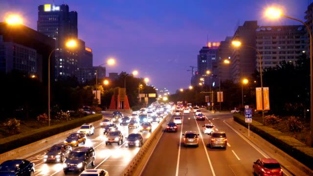 Rusningstrafik i Bijing city Center på natten