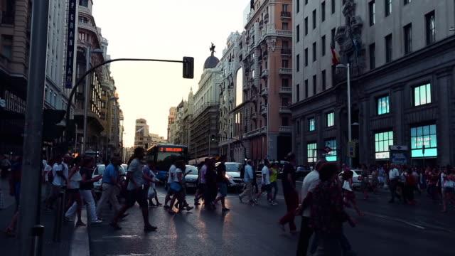 ラッシュアワーの gran via マドリッドの - マドリード グランヴィア通り点の映像素材/bロール