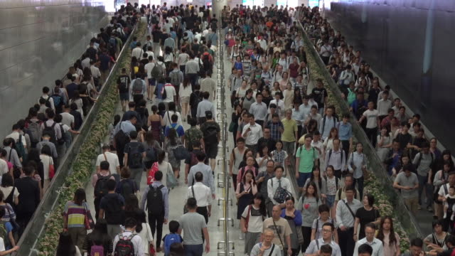 rush hour in hong kong,crowd of pedestrian commuters on train station at hong kong station - stazione della metropolitana video stock e b–roll