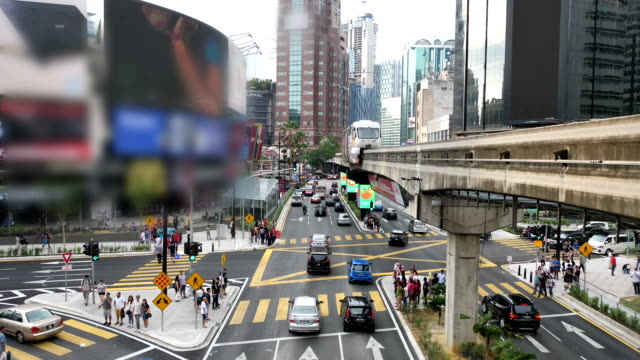rush hour in kualalumpur, with sky train passing by - cultura malesiana video stock e b–roll