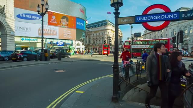 vídeos de stock, filmes e b-roll de rush hour in piccadilly circus in london. - ponto de vista de caminhada