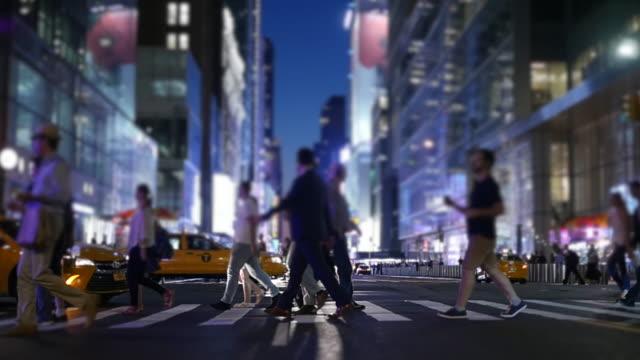 vídeos de stock, filmes e b-roll de rush hour in the modern city. big crowd of business people walking in the streets. - pessoa de negócios