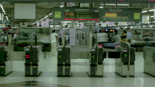 rush hour in the tokyo subway - stazione della metropolitana video stock e b–roll