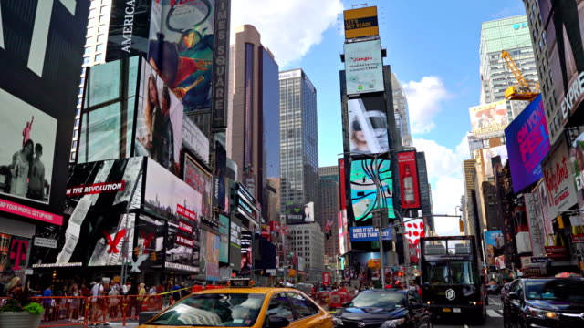 rush hour on time square - plakatwand stock-videos und b-roll-filmmaterial