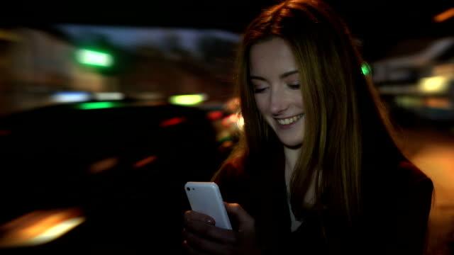 Heure de pointe smartphone belle jeune femme lecture du texte.