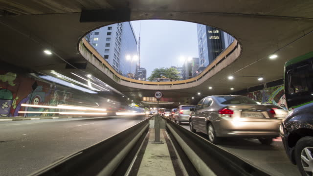 vídeos de stock, filmes e b-roll de tl, ws, la rush hour traffic and congestion in a sao paulo underpass / sao paulo, brazil - time lapse de trânsito