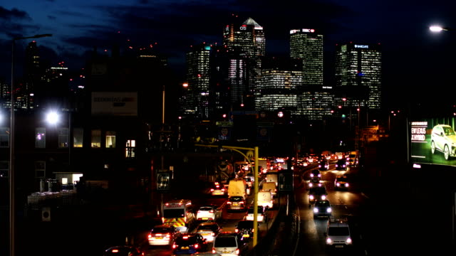 vidéos et rushes de rush hour traffic begins to buid up heading north through the blackwall tunnel past the canary wharf business district on january 17 2018 in london... - radar