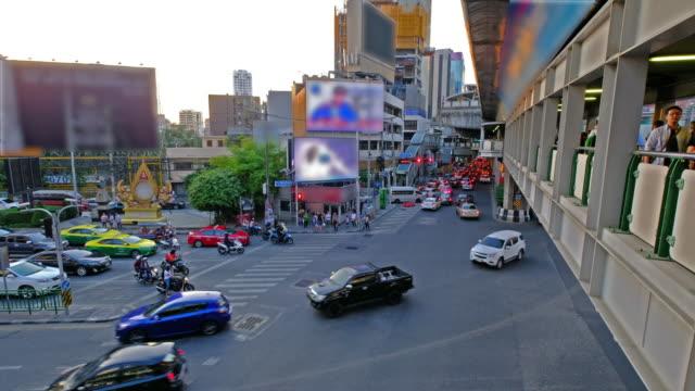 ラッシュアワーのトラフィック。タイのバンコク市内中心部のジャンクションで夕方の交通の鳥瞰図。アジアの交通渋滞。汚染。 - 線路のポイント点の映像素材/bロール