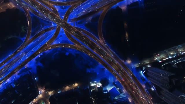 ws rush hour traffic on multiple highways and flyovers at night / shanghai, china - 線路のポイント点の映像素材/bロール