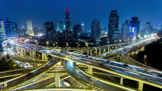 vídeos de stock, filmes e b-roll de tl, ws rush hour traffic on multiple highways and flyovers at night / shanghai, china - viaduto entroncamento