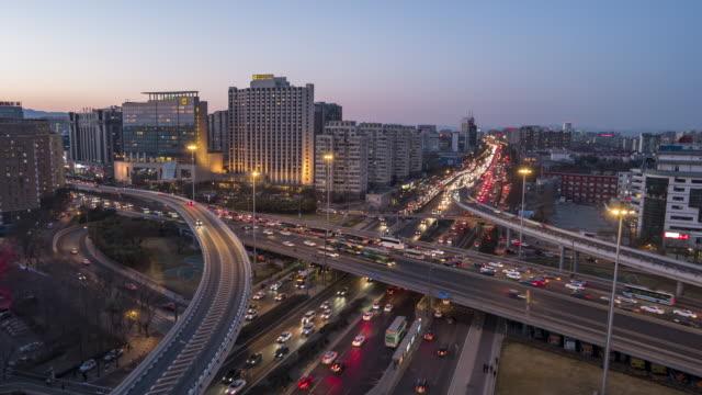 t/l ws ha zi ラッシュ時間のトラフィックに複数の高速道路や高架道路、昼から夜へ/北京、中国 - 連続するイメージ点の映像素材/bロール