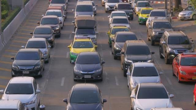 stockvideo's en b-roll-footage met spitsuur verkeer op meerdere snelwegen in bangkok, thailand - klem