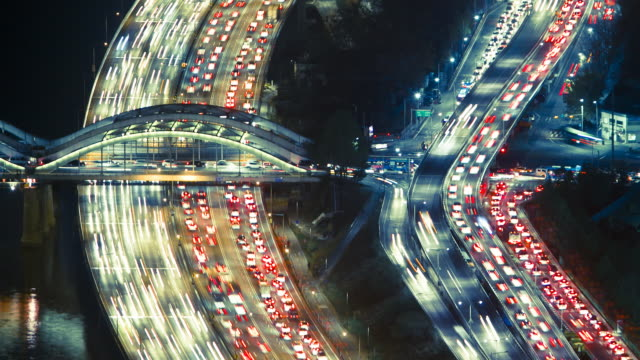 vídeos de stock, filmes e b-roll de tl rush hour traffic on parallel city highways and flyovers next to a river / seoul, south korea - time lapse de trânsito