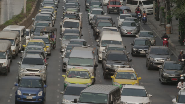 ls zi rush hour traffic on sathorn road, red r3d 4k - ティルト点の映像素材/bロール
