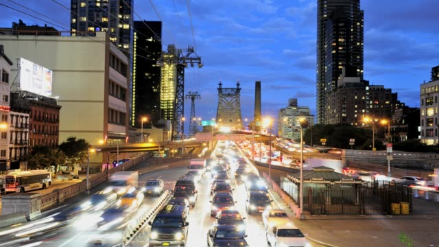 vídeos de stock e filmes b-roll de rush hour traffic on the ed koch queensboro 59th street bridge, midtown - manhattan, new york city, usa time lapse: queensboro 59th street bridge on... - 2013
