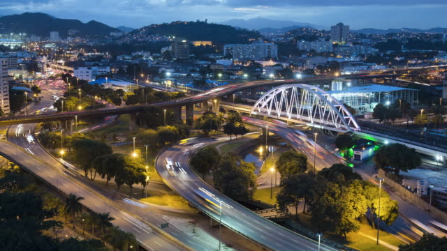 vídeos de stock, filmes e b-roll de tl, ws, ha rush hour trains and traffic on highways, day to night / rio de janeiro, brazil - time lapse de trânsito