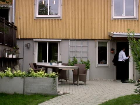 a rushed man leaving home for work sweden. - endast en medelålders man bildbanksvideor och videomaterial från bakom kulisserna