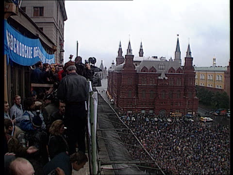 rushes gorbachev's politics called into question anticommunist / democratic demonstrations in moscow meeting with boris yeltsin people making banners... - ex unione sovietica video stock e b–roll