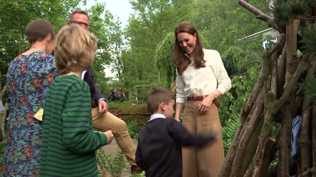 rushes of catherine, duchess of cambridge chatting to children at her 'back to nature' woodland garden design, which she unveiled as part of the... - festival dei fiori di chelsea video stock e b–roll