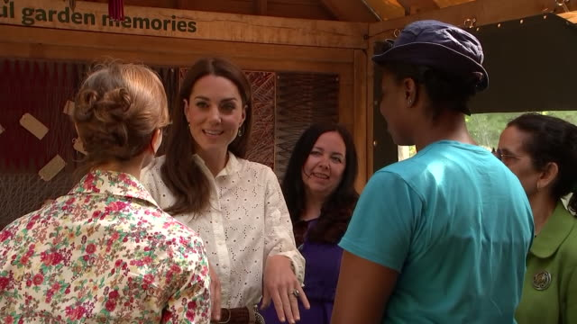 rushes of catherine, duchess of cambridge chatting to people at her 'back to nature' woodland garden design, which she unveiled as part of the... - 英国王立園芸協会点の映像素材/bロール