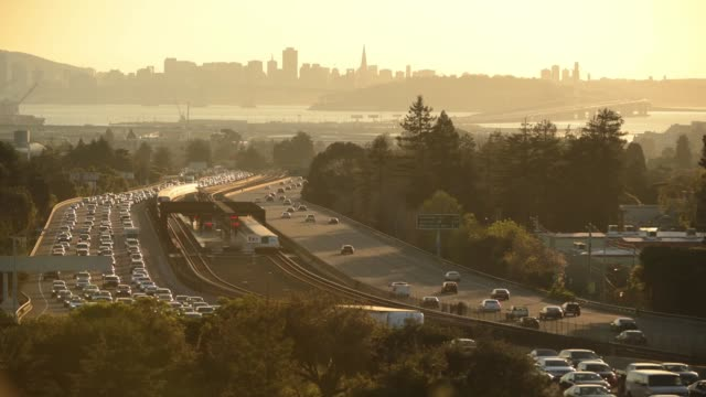 vidéos et rushes de rush-hour bart trains operating to and from san francisco (in background) and stopping at the broadway exit near berkeley, california. - rush hour