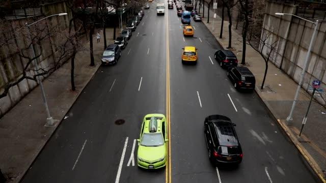 stockvideo's en b-roll-footage met rushhour verkeer en skateboarden slow motion - stadsreis