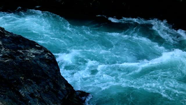 vídeos y material grabado en eventos de stock de rushing river - rápido río