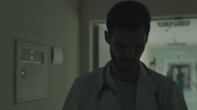vídeos y material grabado en eventos de stock de corriendo en ayuda de un paciente - urgencia