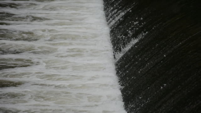 stockvideo's en b-roll-footage met rushing water spillway at a low head dam after heavy rain - waterkracht