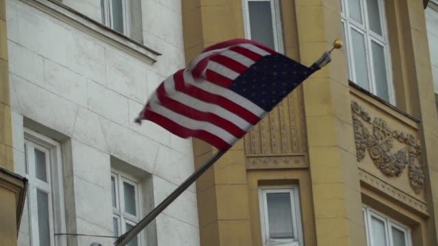 vídeos y material grabado en eventos de stock de rusia anuncio el viernes medidas para reducir la diplomacia estadounidense en territorio ruso en respuesta a las nuevas sanciones aprobadas en el... - viernes