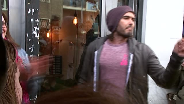 Russell Brand helps recovering drug addicts back into work R26031512 / Russell Brand at cafe opening