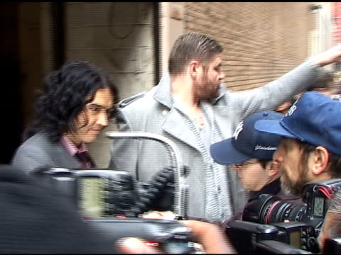 vidéos et rushes de russell brand signs autographs as he departs 'live with regis and kelly' in new york 04/08/11 - autographe