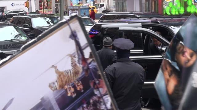 stockvideo's en b-roll-footage met russell crowe arrives at the good morning america show in celebrity sightings in new york, - russell crowe