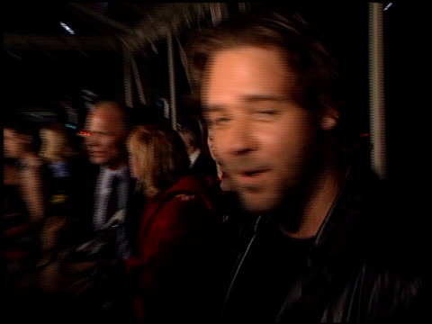 russell crowe at the 'a beautiful mind' premiere at academy of motion pictures arts sciences in los angeles california on december 13 2001 - 映画芸術科学協会点の映像素材/bロール